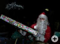 Nikolaus überreicht Geschenke